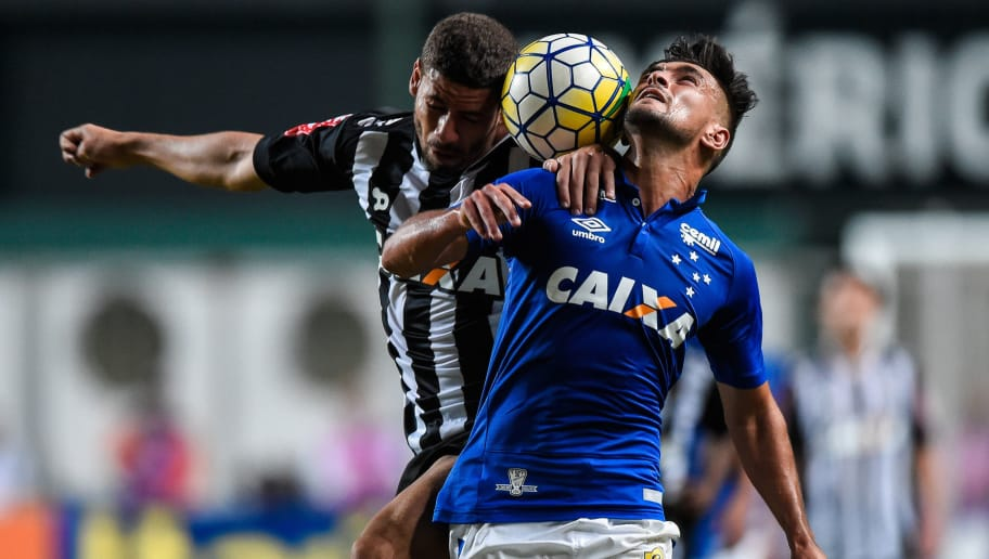 BELO HORIZONTE, BRAZIL - JUNE 12: Gabriel #31 of Atletico MG and Arrascaeta #10 of Cruzeiro battle for the ball during a match between Atletico MG and Cruzeiro as part of Brasileirao Series A 2016 at Independencia stadium on June 12, 2016 in Belo Horizonte, Brazil. (Photo by Pedro Vilela/Getty Images)