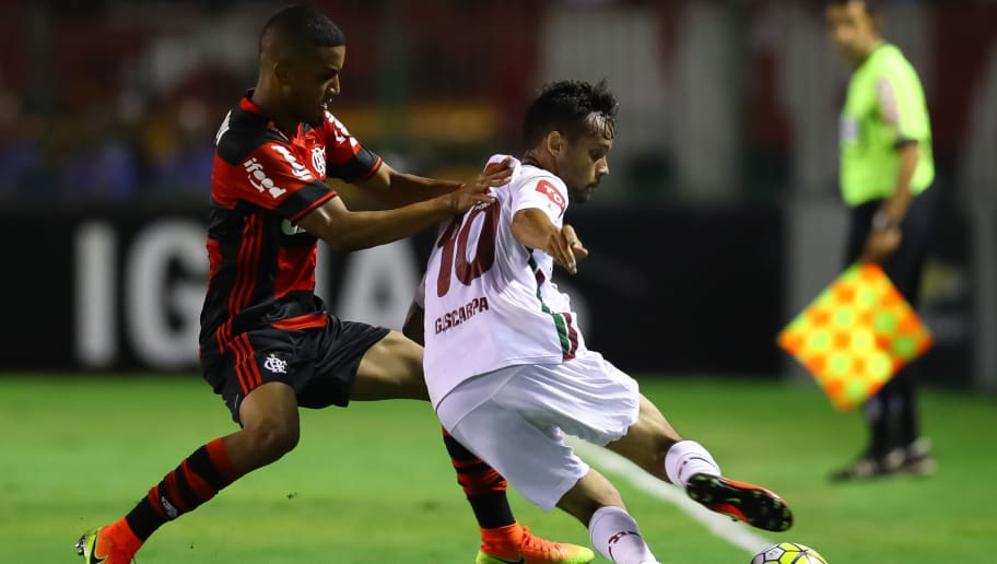 VOLTA REDONDA, BRAZIL - OCTOBER 13: Jorge (L) of Flamengo struggles for the ball with Gustavo Scarpa of Fluminense during a match between Fluminense and Flamengo as part of Brasileirao Series A 2016 at Cidadania Stadium on October 13, 2016 in Volta Redonda, Brazil. (Photo by Buda Mendes/Getty Images)