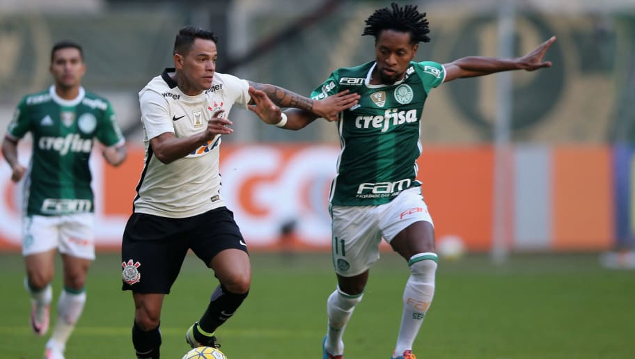 SAO PAULO, BRAZIL - JUNE 12:  Ze Roberto (R) of Palmeiras fights for the ball with Giovanni Augusto (L) of Corinthians during the match between Palmeiras and Corinthians for the Brazilian Series A 2016 at Allianz Parque on June 12, 2016 in Sao Paulo, Brazil.  (Photo by Friedemann Vogel/Getty Images)