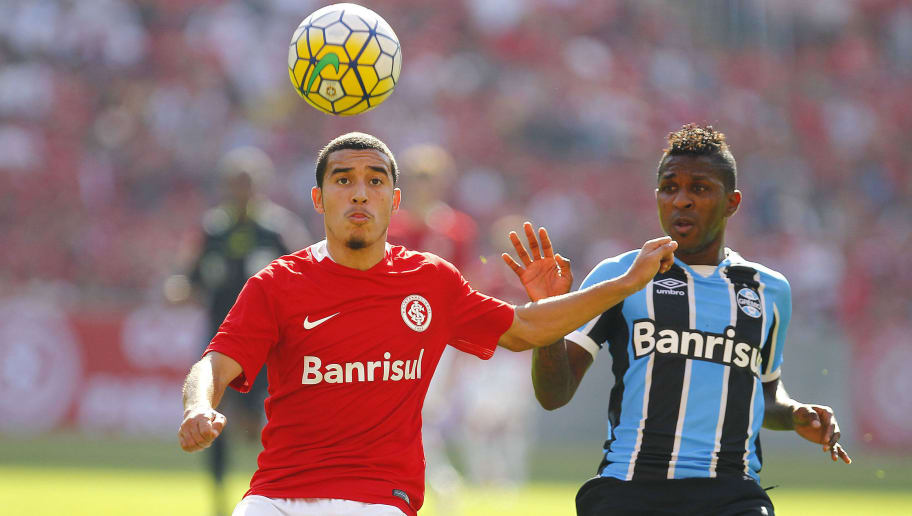 PORTO ALEGRE, BRAZIL - JULY 03: Willian of Internacional battles for the ball against Miller Bolanos of Gremio during the match between Internacional and Gremio as part of Brasileirao Series A 2016, at Estadio Beira-Rio on July 03, 2016 in Porto Alegre, Brazil. (Photo by Lucas Uebel/Getty Images)