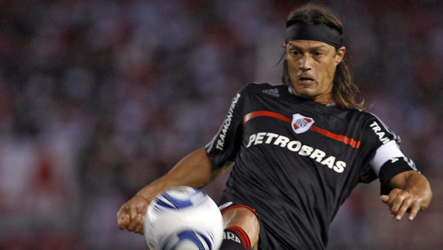 River Plate's Matias Almeyda controls the ball during their Argentina first division football match against Huracan at Antonio Vespucio Liberti stadium, in Buenos Aires, on February 20, 2010. AFP PHOTO/Maxi Failla (Photo credit should read Maxi Failla/AFP/Getty Images)