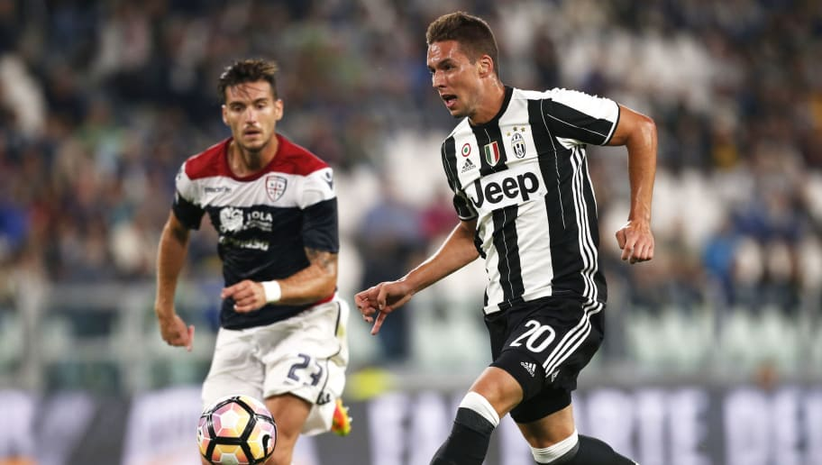 Juventus' Croatian midfielder Marko Pjaca vies for the ball with Cagliari's defender Luca Ceppitelli during the Italian Serie A football match between Juventus and Cagliari on September 21, 2016 at Juventus Stadium in Turin.  / AFP / MARCO BERTORELLO        (Photo credit should read MARCO BERTORELLO/AFP/Getty Images)