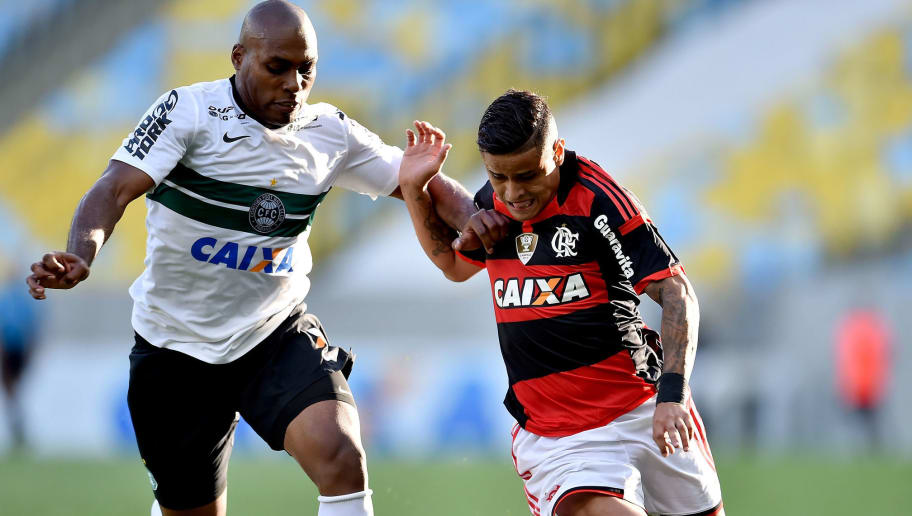RIO DE JANEIRO, BRAZIL - NOVEMBER 16:  Everton (R) of Flamengo battles for the ball with Luccas Claro of Coritiba during a match between Flamengo and Coritiba as part of Brasileirao Series A 2014 at Maracana Stadium on November 16, 2014 in Rio de Janeiro, Brazil.  (Photo by Buda Mendes/Getty Images)