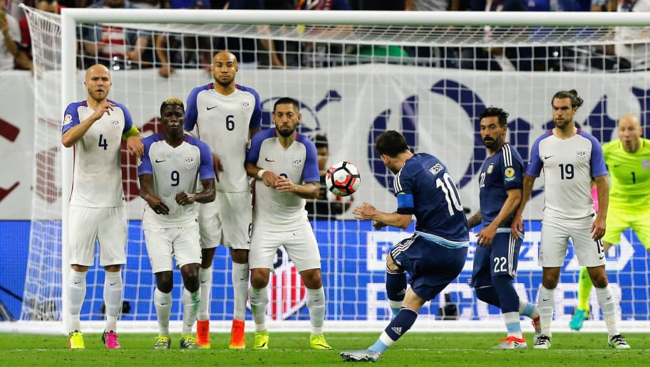 HOUSTON, TX - JUNE 21:  Lionel Messi #10 of Argentina scores a goal on a free kick in the first half against the United States during a 2016 Copa America Centenario Semifinal match at NRG Stadium on June 21, 2016 in Houston, Texas.  (Photo by Bob Levey/Getty Images)