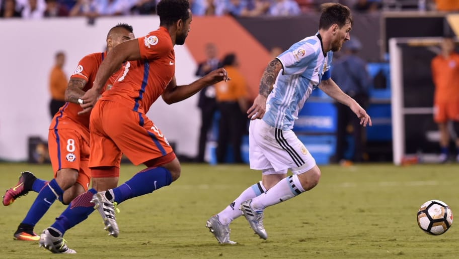 Argentina's Lionel Messi (R) controls the ball marked by Chile's Arturo Vidal (L) and Chile's Jean Beausejour during the Copa America Centenario final in East Rutherford, New Jersey, United States, on June 26, 2016.  / AFP / Nicholas KAMM        (Photo credit should read NICHOLAS KAMM/AFP/Getty Images)