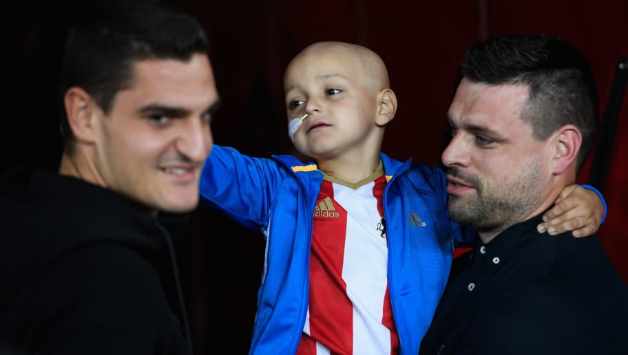 SUNDERLAND, ENGLAND - SEPTEMBER 12:  Young Sunderland mascot Bradley Lowery with his father Carl goalkeeper Vito Mannone of Sunderland and prior to the Premier League match between Sunderland and Everton at Stadium of Light on September 12, 2016 in Sunderland, England.  (Photo by Stu Forster/Getty Images)