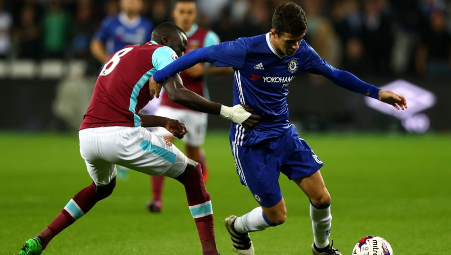 LONDON, ENGLAND - OCTOBER 26: Oscar of Chelsea (R) takes the ball past Cheikhou Kouyate of West Ham United (L) during the EFL Cup fourth round match between West Ham United and Chelsea at The London Stadium on October 26, 2016 in London, England.  (Photo by Clive Rose/Getty Images)