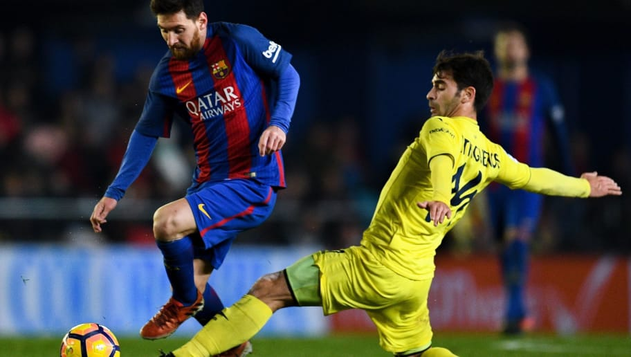 VILLARREAL, SPAIN - JANUARY 08:  Lionel Messi of FC Barcelona competes for the ball with Manu Trigueros of Villarreal CF during the La Liga match between Villarreal CF and FC Barcelona at Estadio de la Ceramica stadium on January 8, 2017 in Villarreal, Spain.  (Photo by David Ramos/Getty Images)