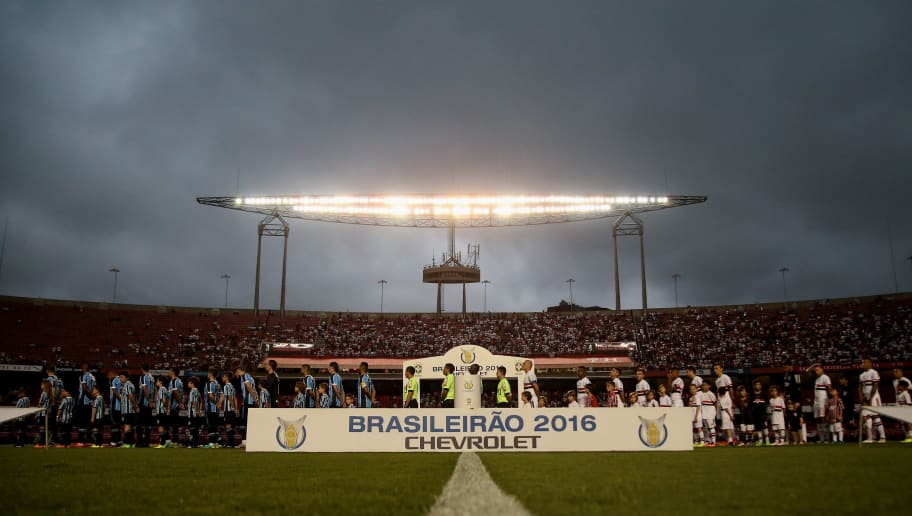 SAO PAULO, BRAZIL - NOVEMBER 17:  The teams of Sao Paulo and Gremio lines up before the match between Sao Paulo and Gremio for the Brazilian Series A 2016 at Morumbi Stadium on November 17, 2016 in Sao Paulo, Brazil.  (Photo by Friedemann Vogel/Getty Images)