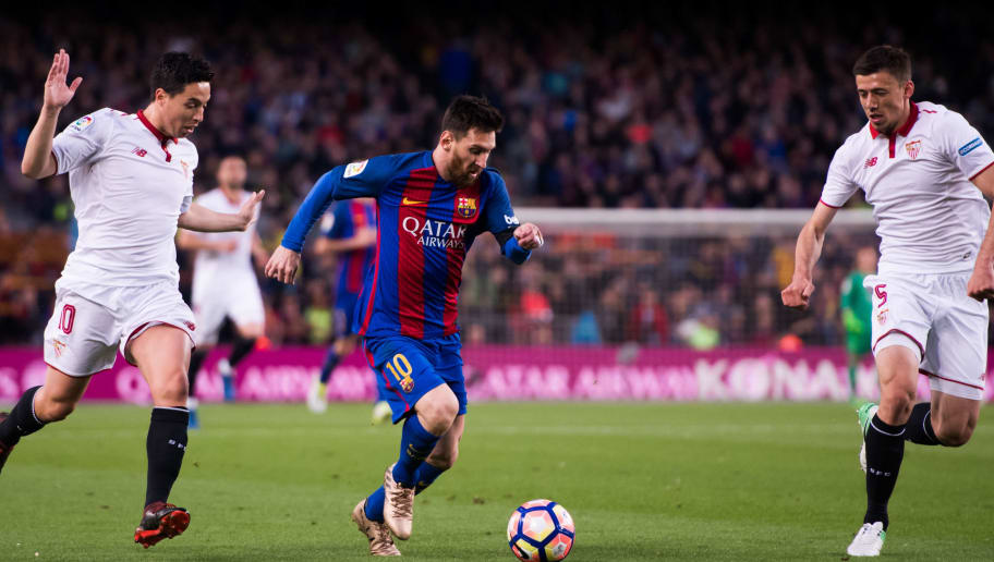 BARCELONA, SPAIN - APRIL 05: Lionel Messi of FC Barcelona runs with the ball between Samir Nasri (L) and Clement Lenglet (R) of Sevilla FC during the La Liga match between FC Barcelona and Sevilla FC at Camp Nou stadium on April 5, 2017 in Barcelona, Spain. (Photo by Alex Caparros/Getty Images)