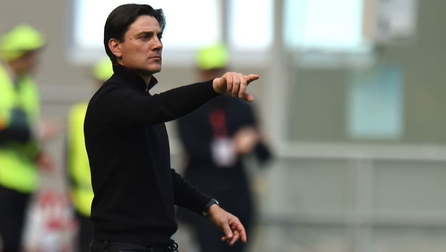 MILAN, ITALY - APRIL 09: Head coach Vincenzo Montella of Milan issues instructions during the Serie A match between AC Milan and US Citta di Palermo at Stadio Giuseppe Meazza on April 9, 2017 in Milan, Italy.  (Photo by Tullio M. Puglia/Getty Images)