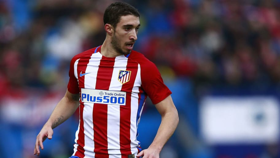 MADRID, SPAIN - DECEMBER 17: Sime Vrsaljko of Atletico de Madrid controls the ball during the La Liga match between Club Atletico de Madrid and UD Las Palmas at Vicente Calderon Stadium on December 17, 2016 in Madrid, Spain. (Photo by Gonzalo Arroyo Moreno/Getty Images)