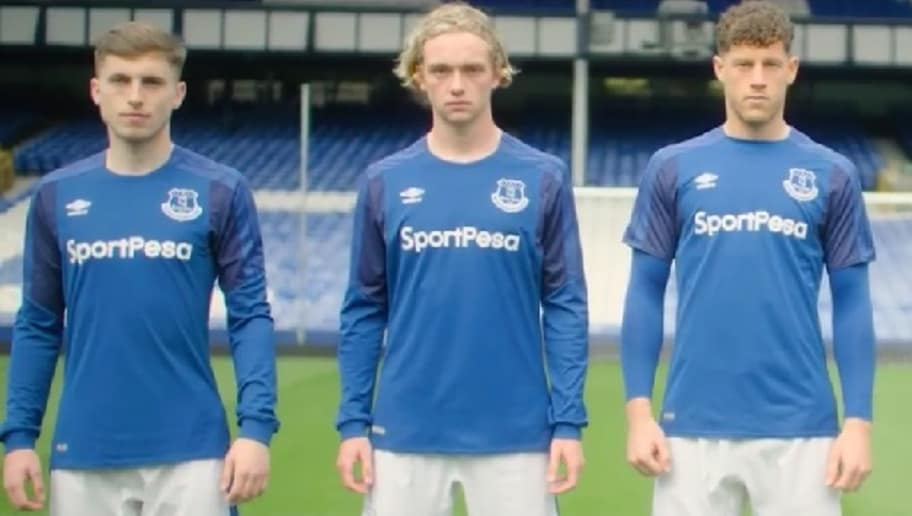 Video Everton Unveil Home Kit For 2017 18 Season To Mixed Reception From Fans 90min