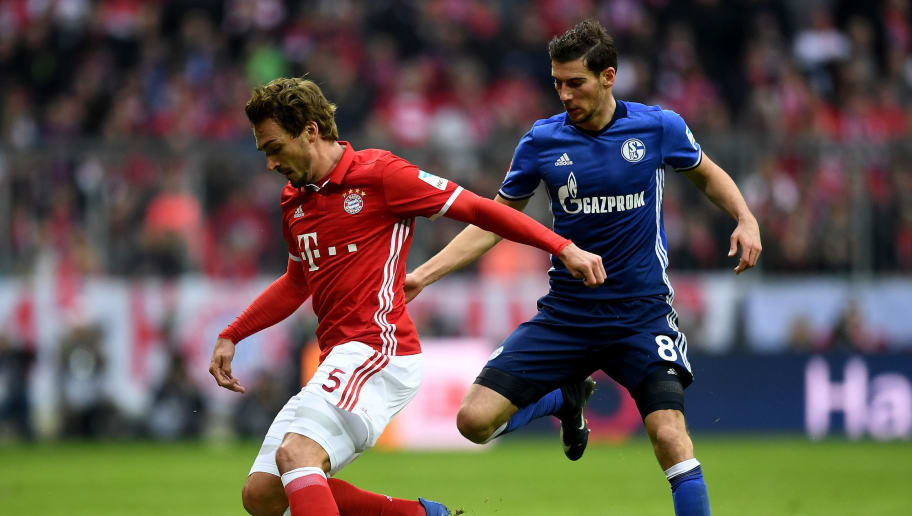 MUNICH, GERMANY - FEBRUARY 04: Mats Hummels (L) of Muenchen and Leon Goretzka of Schalke battle for the ball during the Bundesliga match between Bayern Muenchen and FC Schalke 04 at Allianz Arena on February 4, 2017 in Munich, Germany.  (Photo by Lennart Preiss/Bongarts/Getty Images)
