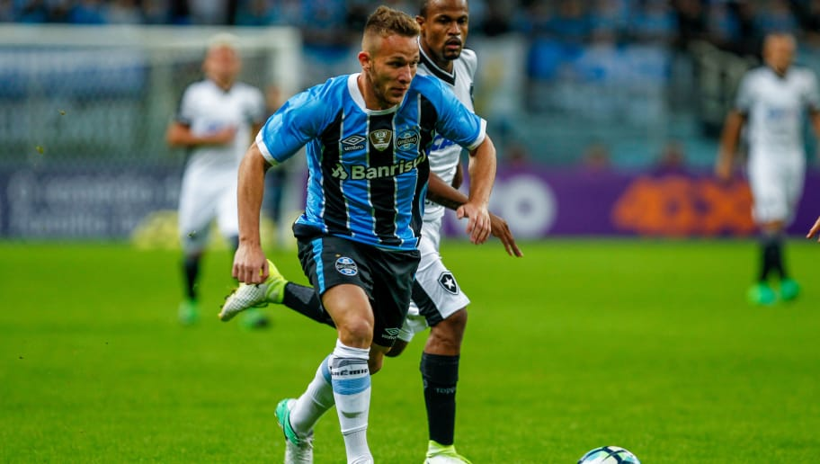 PORTO ALEGRE, BRAZIL - MAY 14: Arthur of Gremio, battles for the ball against Airton of Botafogo during the match Gremio v Botafogo as part of Brasileirao Series A 2017, at Arena do Gremio on May 14, 2017, in Porto Alegre, Brazil. (Photo by Lucas Uebel/Getty Images)