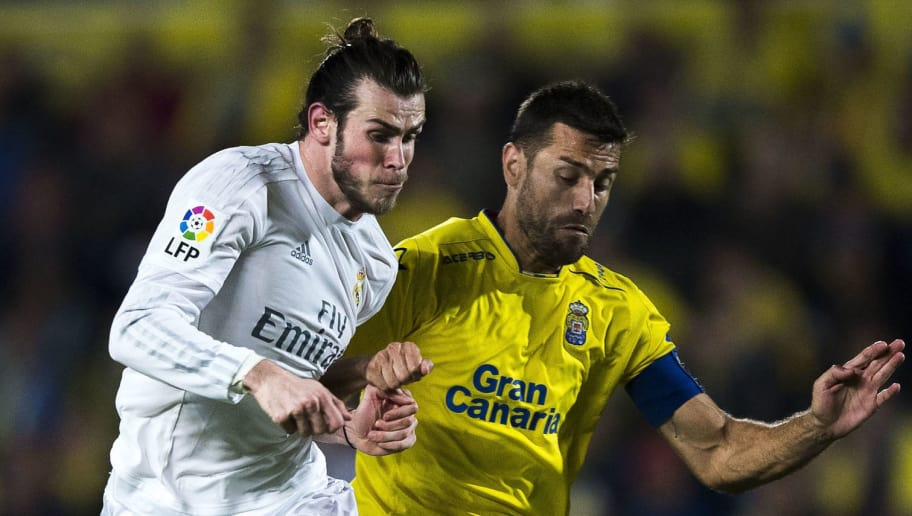 LAS PALMAS, SPAIN - MARCH 13: Gareth Bale (L) of Real Madrid CF competes for the ball with David Garcia (R) of UD Las Palmas during the La Liga match between UD Las Palmas and Real Madrid CF at Estadio de Gran Canaria on March 13, 2016 in Las Palmas, Spain.  (Photo by Gonzalo Arroyo Moreno/Getty Images)