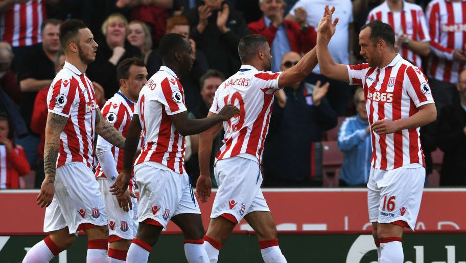 STOKE ON TRENT, ENGLAND - APRIL 08: Jonathan Walters of Stoke City celebrates scoring his sides first goal with his Stoke City team mates during the Premier League match between Stoke City and Liverpool at Bet365 Stadium on April 8, 2017 in Stoke on Trent, England.  (Photo by Ross Kinnaird/Getty Images)