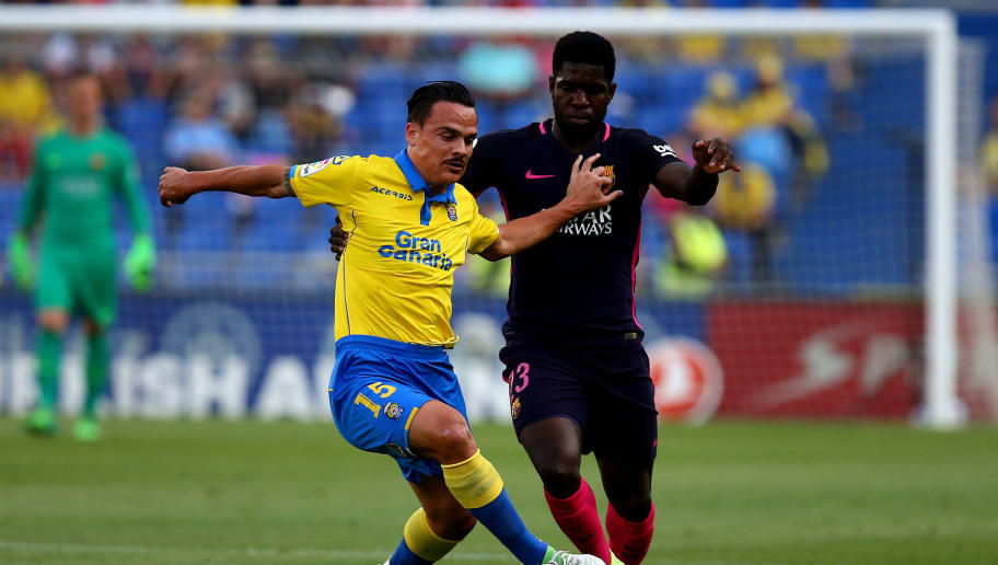 LAS PALMAS, SPAIN - MAY 14: Roque Mesa of Las Palmas holds off the challenge from Samuel Umtiti of Barcelona during the La Liga match between UD Las Palmas and Barcelona at Estadio de Gran Canaria on May 14, 2017 in Las Palmas, Spain. (Photo by Charlie Crowhurst/Getty Images)