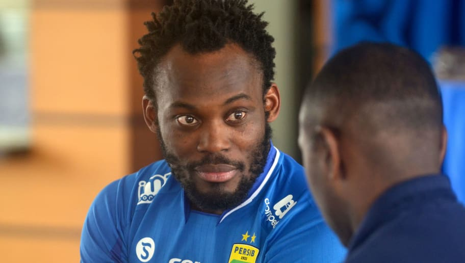 Former AC Milan, Real Madrid and Chelsea midfielder Michael Essien of Ghana (L) takes part in a ceremony announcing his joining of the Indonesian football club Persib in Bandung on March 14, 2017. Essien has officially joined Indonesian football club Persib Bandung after months of lobbying, the club said on March 14. / AFP PHOTO / TIMUR MATAHARI        (Photo credit should read TIMUR MATAHARI/AFP/Getty Images)