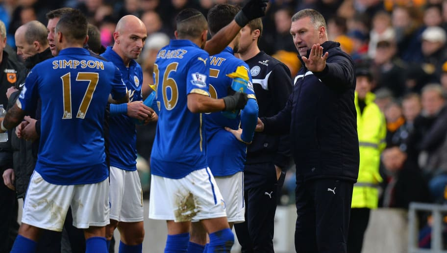 HULL, ENGLAND - DECEMBER 28:  Nigel Pearson, Manager of Leicester City gives his instructions to his players from the touch line during the Barclays Premier League match between Hull City and Leicester City at KC Stadium on December 28, 2014 in Hull, England.  (Photo by Tony Marshall/Getty Images)