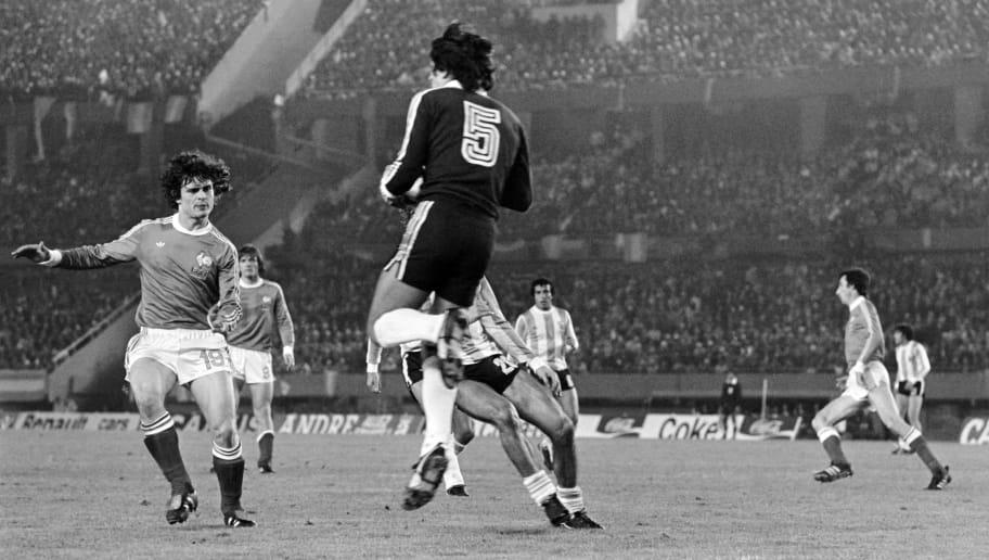 b48c634359b Argentine goalkeeper Ubaldo Fillol stops the goal face to French footballer  Didier Six (L)