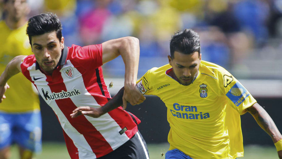 Athletic's defender Eneko Boveda (L) vies with Las Palmas' forward Jonathan Viera during the Spanish league football match UD Las Palmas vs Athletic Club de Bilbao at the Gran Canaria stadium in Las Palmas de Gran Canaria on May 8, 2016. / AFP / DESIREE MARTIN        (Photo credit should read DESIREE MARTIN/AFP/Getty Images)