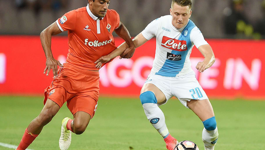 NAPLES, ITALY - MAY 20:  Player of SSC Napoli Piotr Zielinski vies with ACF Fiorentina player Maximiliano Olivera during the Serie A match between SSC Napoli and ACF Fiorentina at Stadio San Paolo on May 20, 2017 in Naples, Italy.  (Photo by Francesco Pecoraro/Getty Images)