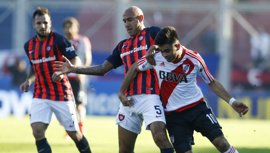 BUENOS AIRES, ARGENTINA - JUNE 04: Gonzalo Martinez of River Plate fights for the ball with Juan Mercier of San Lorenzo during a match between San Lorenzo and River Plate as part of Torneo Primera Division 2016/17 at Pedro Bidegain Stadium on June 04, 2017 in Buenos Aires, Argentina. (Photo by Gabriel Rossi/LatinContent/Getty Images)