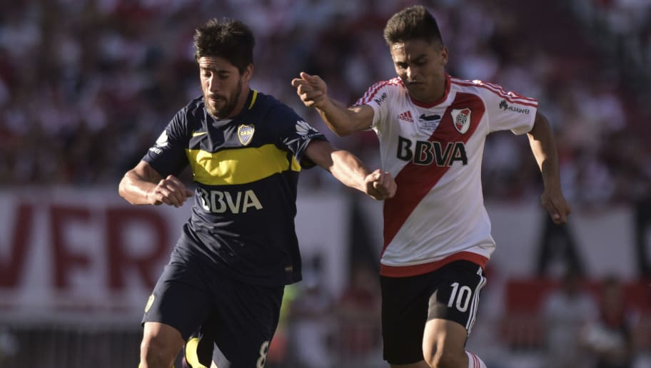 BUENOS AIRES, ARGENTINA - DECEMBER 11:   Gonzalo Martinez of River Plate and Pablo Perez of Boca Juniors fight for the ball during a match between  River Plate and Boca Juniors as part of Torneo Primera Division 2016/17 at Monumental Stadium on December 11, 2016 in Buenos Aires, Argentina. (Photo by Amilcar Orfali/LatinContent/Getty Images)