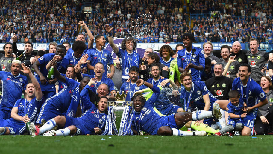 LONDON, ENGLAND - MAY 21: Chelsea poses with the Premier League Trophy after the Premier League match between Chelsea and Sunderland at Stamford Bridge on May 21, 2017 in London, England.  (Photo by Michael Regan/Getty Images)