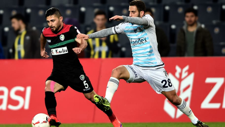 Fenerbahce`s Turkish midfielder Ramazan Civelek (R) vies for the ball with Amedspor`s Turkish defender Ercan Capar (L) during the Zirrat Turkish Cup football match between Fenerbahce and Amedspor at Fenerbahce Ulker Sukru Saracoglu stadium on March 03, 2016 in Istanbul. / AFP / OZAN KOSE        (Photo credit should read OZAN KOSE/AFP/Getty Images)