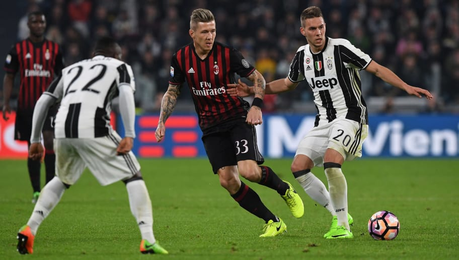 TURIN, ITALY - MARCH 10:  Marko Pjaca (R) of Juventus FC in action against Juraj Kucka of AC Milan during the Serie A match between Juventus FC and AC Milan at Juventus Stadium on March 10, 2017 in Turin, Italy.  (Photo by Valerio Pennicino/Getty Images)