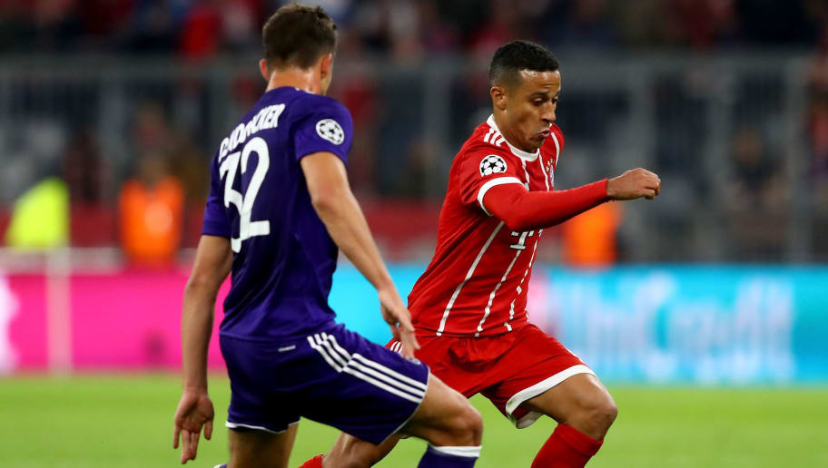MUNICH, GERMANY - SEPTEMBER 12: Thiago (R) of Muenchen and Leander Dendoncker of Anderlecht battle for the ball during the UEFA Champions League group B match between Bayern Muenchen and RSC Anderlecht at Allianz Arena on September 12, 2017 in Munich, Germany.  (Photo by Alexander Hassenstein/Bongarts/Getty Images)