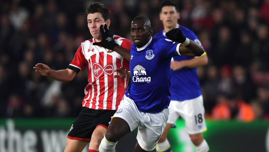 SOUTHAMPTON, ENGLAND - NOVEMBER 27:  Pierre-Emile Hojbjerg of Southampton (L) and Yannick Bolasie of Everton (R) battle for possession during the Premier League match between Southampton and Everton at St Mary's Stadium on November 27, 2016 in Southampton, England.  (Photo by Mike Hewitt/Getty Images)