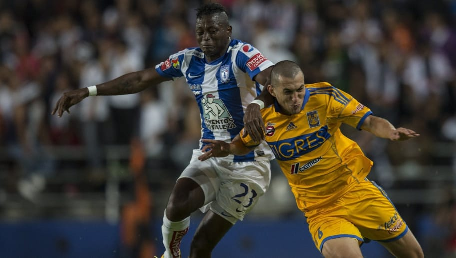 PACHUCA, MEXICO - JULY 27: Jorge Torres of Tigres fights for the ball with Duvier Riascos of Pachuca during a match between Pachuca and Tigres as part of the Apertura 2013 mexican soccer league at Hidalgo Stadium, on July 27, 2013 in Pachuca, Mexico. (Foto by Miguel Tovar/LatinContent/Getty Images)