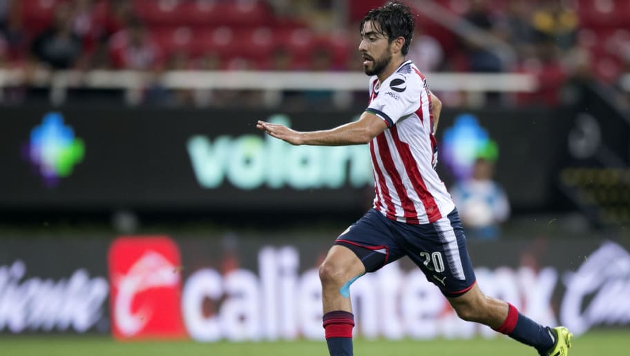 GUADALAJARA, MEXICO - AUGUST 26:  Rodolfo  Pizarro of Chivas, drives the ball  during the seventh round match between Chivas and Queretaro as part of the Torneo Apertura 2017 Liga MX at Omnilife Stadium on August 26, 2017 in Guadalajara, Mexico. (Photo by Refugio Ruiz/Getty Images)