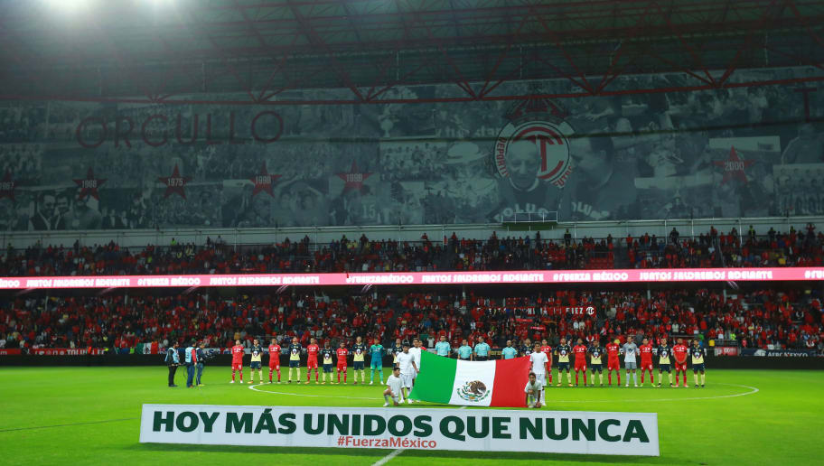 TOLUCA, MEXICO - SEPTEMBER 30: Teams of Toluca and America pose prior the 12th round match between Toluca and America as part of the Torneo Apertura 2017 Liga MX at Nemesio Diez Stadium on September 30, 2017 in Toluca, Mexico. (Photo by Hector Vivas/Getty Images)
