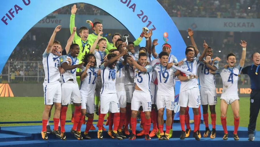 England's players celebrate with their trophy after winning the final FIFA U-17 World Cup football match against Spain at the Vivekananda Yuba Bharati Krirangan stadium in Kolkata on October 28, 2017. / AFP PHOTO / Dibyangshu SARKAR        (Photo credit should read DIBYANGSHU SARKAR/AFP/Getty Images)