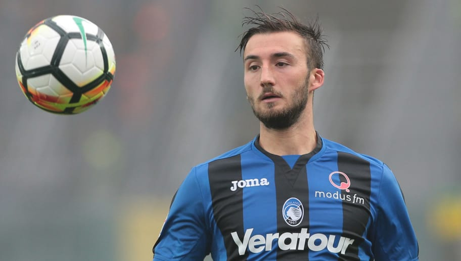 BERGAMO, ITALY - OCTOBER 22:  Bryan Cristante of Atalanta BC looks the ball during the Serie A match between Atalanta BC and Bologna FC at Stadio Atleti Azzurri d'Italia on October 22, 2017 in Bergamo, Italy.  (Photo by Emilio Andreoli/Getty Images)
