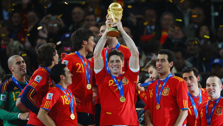 JOHANNESBURG, SOUTH AFRICA - JULY 11:  Fernando Torres of Spain (C), and the Spain team celebrate victory with the World Cup trophy following the 2010 FIFA World Cup South Africa Final match between Netherlands and Spain at Soccer City Stadium on July 11, 2010 in Johannesburg, South Africa.  (Photo by Laurence Griffiths/Getty Images)