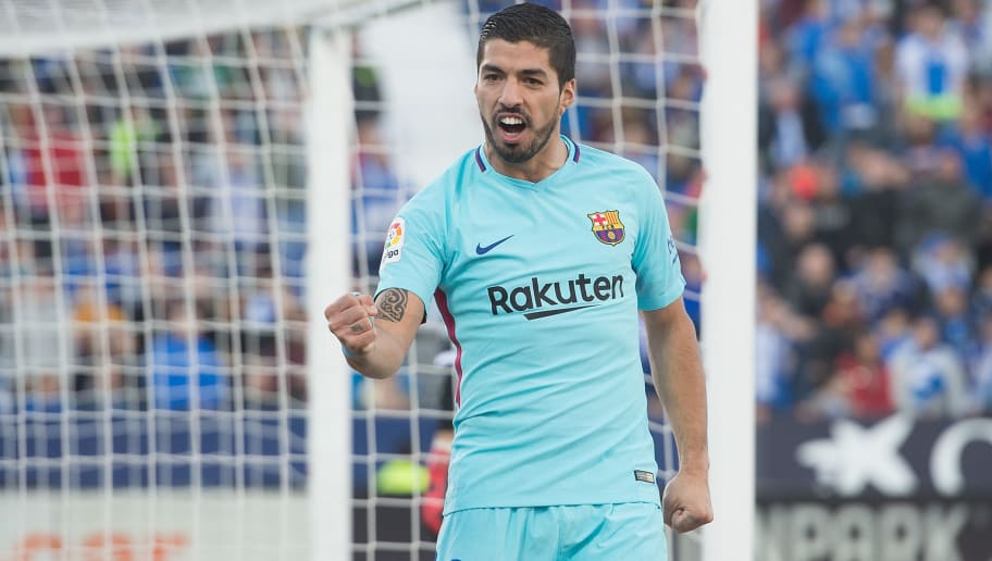 LEGANES, SPAIN - NOVEMBER 18: Luis Suarez of FC Barcelona celebrates after scoring his team's 2nd goal during the La Liga match between Leganes and Barcelona at Estadio Municipal de Butarque on November 18, 2017 in Leganes, Spain. (Photo by Denis Doyle/Getty Images)