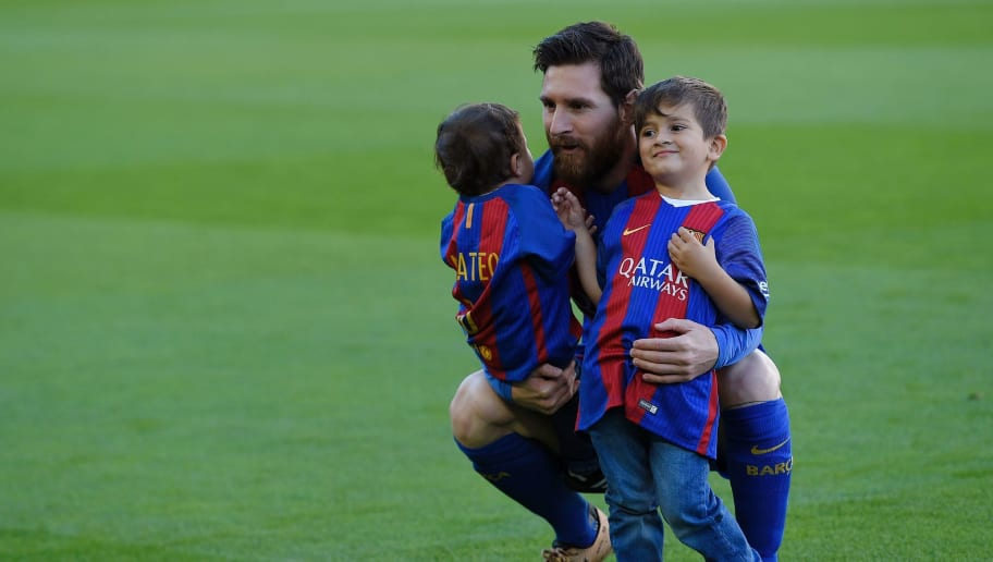 Barcelona's Argentinian forward Lionel Messi poses with his two sons Mateo (L) and Thiago (R) before the Spanish league football match FC Barcelona vs Villarreal CF at the Camp Nou stadium in Barcelona on May 6, 2017. / AFP PHOTO / LLUIS GENE        (Photo credit should read LLUIS GENE/AFP/Getty Images)