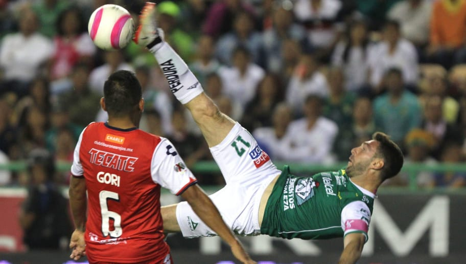 Leon's Argentine Mauro Boselli (R) strikes the ball in the air next to Veracruz's Luis Martinez during their Mexican Apertura football tournament match at the Nou Camp stadium in Leon, Mexico, on October 28, 2017. / AFP PHOTO / GUSTAVO BECERRA        (Photo credit should read GUSTAVO BECERRA/AFP/Getty Images)