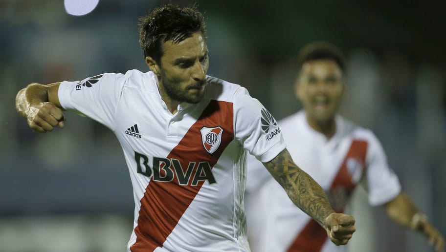 LA PLATA, ARGENTINA - DECEMBER 03: Ignacio Scocco of River Plate celebrates after scoring the first goal of his team during a match between Gimnasia y Esgrima La Plata and River Plate as part of the Superliga 2017/18 at Juan Carlos Zerillo Stadium on December 03, 2017 in La Plata, Argentina. (Photo by Demian Alday/Getty Images)