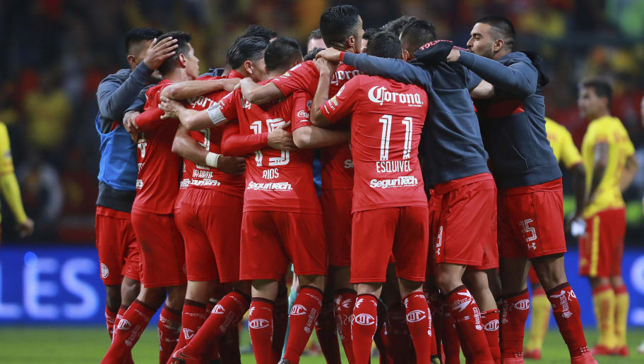 TOLUCA, MEXICO - NOVEMBER 22: Players of Toluca celebrate after winning the match between Toluca and Morelia as part of the Torneo Apertura 2017 Liga MX Playoff at Nemesio Diez Stadium on November 22, 2017 in Toluca, Mexico. (Photo by Hector Vivas/Getty Images)