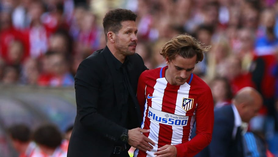 MADRID, SPAIN - MAY 06:  Head coach Diego Pablo Simeone (L) of Atletico de Madrid hugs his player Antoine Griezmann (R) after being substitued during the La Liga match between Club Atletico de Madrid and SD Eibar at Estadio Vicente Calderon on May 6, 2017 in Madrid, Spain.  (Photo by Gonzalo Arroyo Moreno/Getty Images)