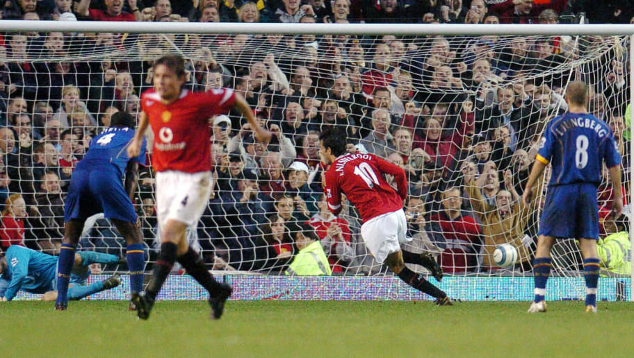 MANCHESTER, UNITED KINGDOM:  Manchester United's Ruud Van Nistelrooy (2nd R) scores from a penalty kick against Arsenal as teammate Paul Scholes (L)and Arsenal's Patrick Vieira (2ndL) and Freddie Ljungberg (R) watch during their Premier League football match at Old Trafford, Manchester, United Kingdom, 24 October 2004. Manchester United won 2-0.   AFP PHOTO/PAUL BARKER        NO TELCOS, WEBSITES SUBJECT TO DESCRIPTION OF LICENCE WITH FAPL AT WWW.FAPLWEB.COM  (Photo credit should read PAUL BARKER/AFP/Getty Images)