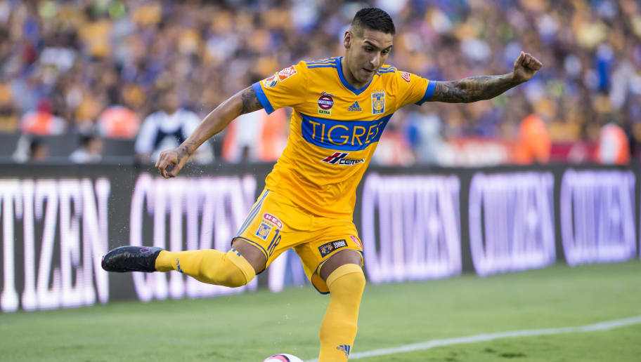 MONTERREY, MEXICO - AUGUST 19:  Ismael Sosa of Tigres kicks the ball during the 5th round match between Tigres and Pumas as part of the Torneo Apertura 2017 Liga MX at Universitario Stadium on August 19, 2017 in Monterrey, Mexico. (Photo by Azael Rodriguez/LatinContent WO)