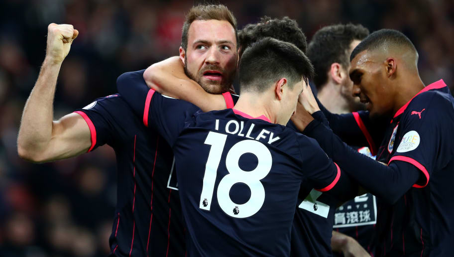 SOUTHAMPTON, ENGLAND - DECEMBER 23:  Laurent Depoitre of Huddersfield Town celebrates with teammates after scoring his sides first goal during the Premier League match between Southampton and Huddersfield Town at St Mary's Stadium on December 23, 2017 in Southampton, England.  (Photo by Clive Rose/Getty Images)