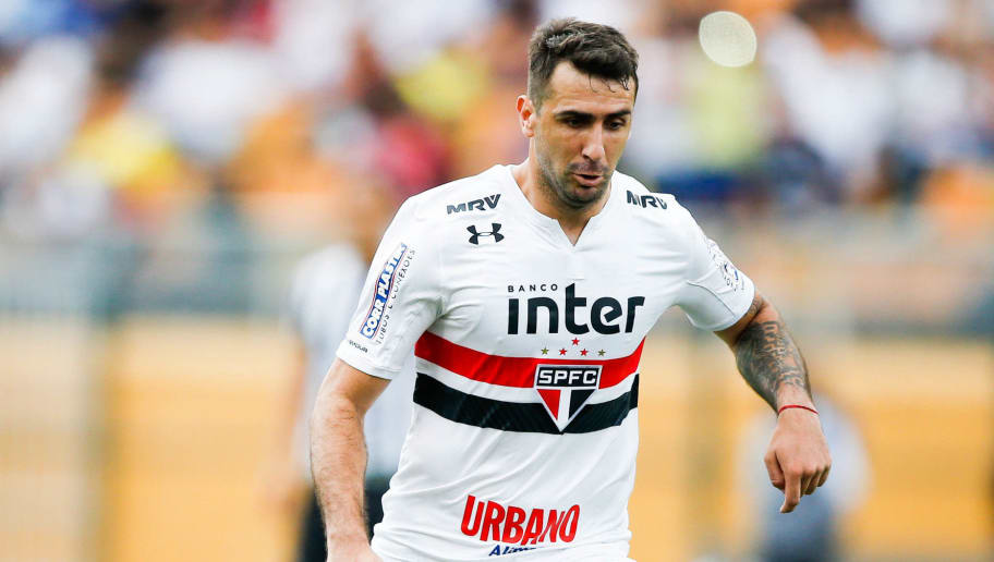 SAO PAULO, BRAZIL - OCTOBER 28: Lucas Pratto of Sao Paulo in action during the match between Sao Paulo and Santos for the Brasileirao Series A 2017 at Pacaembu Stadium on October 28, 2017 in Sao Paulo, Brazil. (Photo by Alexandre Schneider/Getty Images)